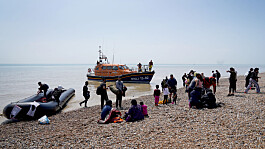 At least 430 migrants cross English Channel on Monday - a record daily total