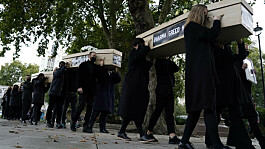 Covid-19: Activists carry coffins down Whitehall ahead of vaccine patent talks